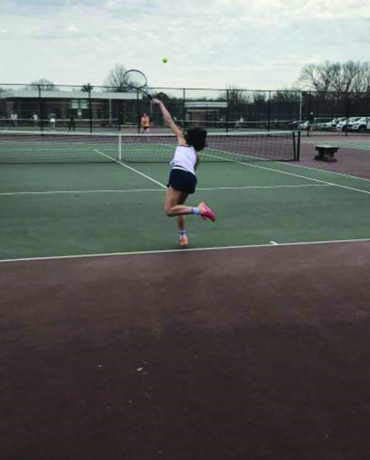 Ellie Esterowitz sets example for tennis team