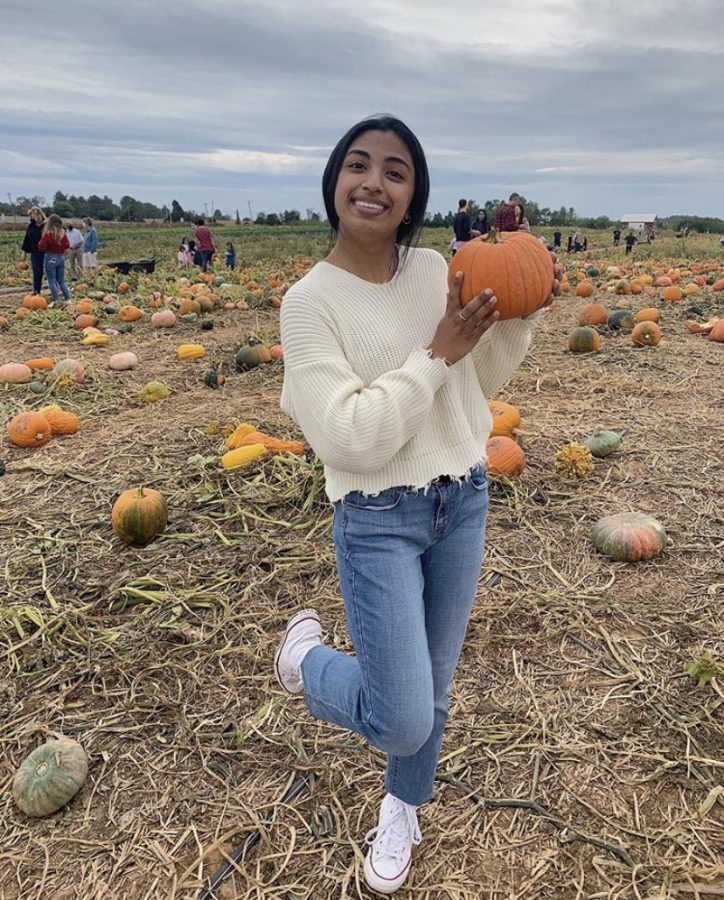 Junior Maya Chelar visits Homestead Farm with Juniors Elena Khanlarbeik, Nikki Faroughi, Layla Hilmi and Elizabeth Stepanov to enjoy the fall season, take photos and pick pumpkins.